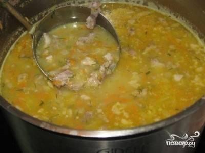 Когда картофель в супе сварится, пробуем суп. Добавляем перец и, если необходимо, соль. Все. Суп готов.