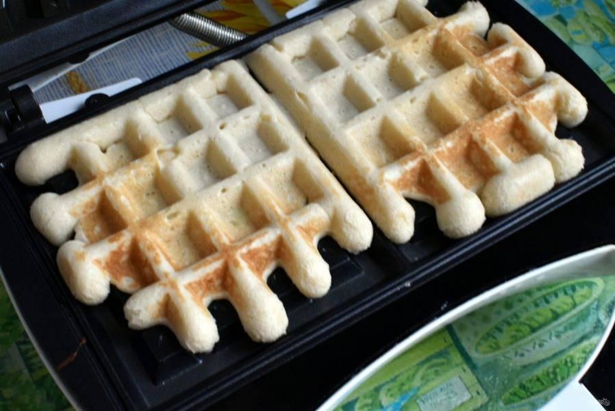 Дайте постоять еще минут 20 и начинайте печь вафли. Перед началом выпечки стоит смазать плоскости вафельницы маслом и хорошо ее прогреть.
