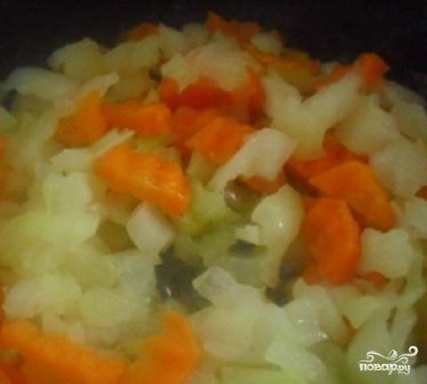 2.Подготовить овощи:  вымыть их и почистить. Картофель нарезать небольшими кубиками. Лук и морковь нарезать кубиками меньшего размера, чем картофель.  Бульон еще раз вскипятить и положить туда кубики картофеля. В сковородке разогреть сливочное масло и обжарить лук и морковь.