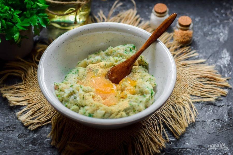 Переложите готовый фарш в миску, добавьте соль, перец, сухой чеснок. Вбейте в миску куриное яйцо. Перемешайте.