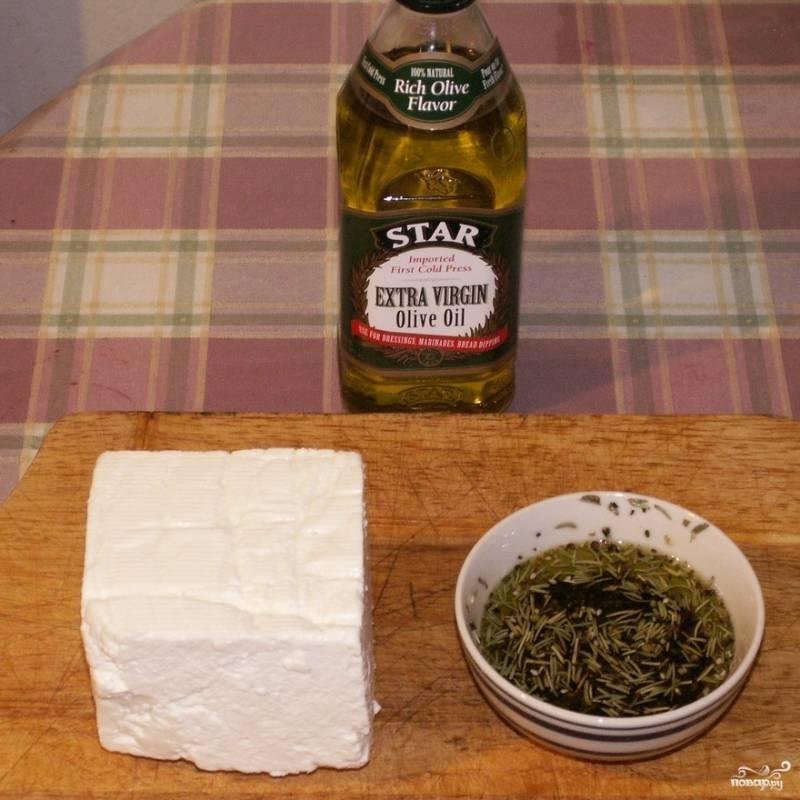 Сыр фета достаем из рассола, оливковое масло смешиваем со специями.
