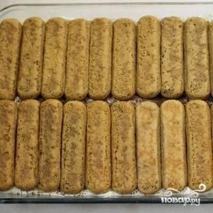 12. После этого снова выложите слой печенья, которое вы предварительно обмакнули в кофе с ромом.