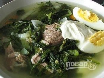 Когда картофель сварится, добавьте овощи и щавель, соль и специи по вкусу. Проварите еще 5-10 минут. Дайте настояться. Подавайте щи с вареным яйцо, разрезанным пополам, и сметаной. Приятного аппетита!