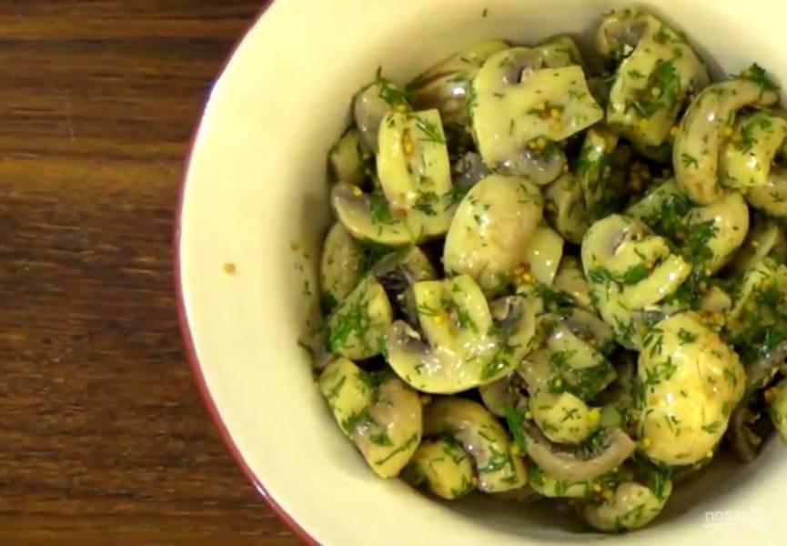 3. Добавьте зерновую горчицу, тертый чеснок, зелень по вкусу и оливковое масло. Перемешайте. Приятного аппетита!