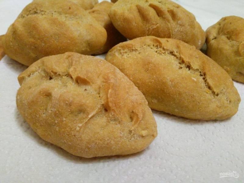В процессе выпекания пирожки приобретут приятный золотистый цвет и хрустящую корочку. А для того, чтобы постные гороховые пирожки долго оставались мягкими, храните их в пакете, предварительно остудив.