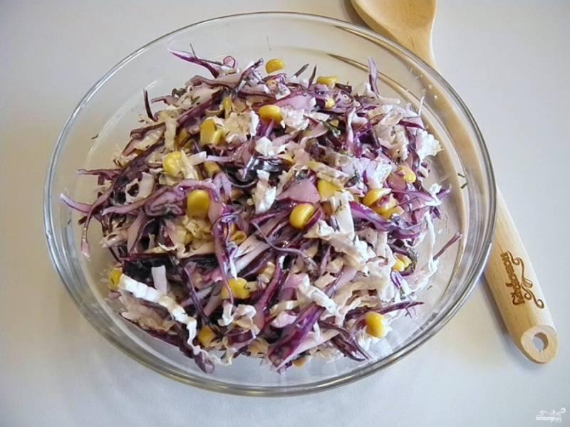 Перемешайте тщательно салат. Добавьте пару капель лимонного сока. Подайте салат к столу. Приятного!