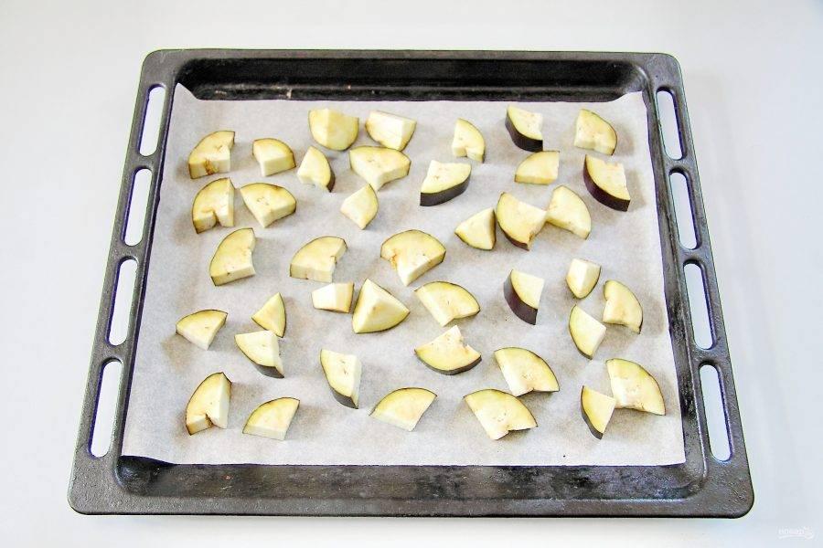 Баклажан промойте, обсушите и крупно нарежьте. Выложите в один слой на противень, застеленный пергаментом, смажьте растительным маслом и запекайте при 200*с до мягкости.