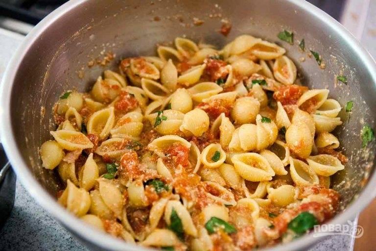 2.Во время приготовления соуса отварите до готовности в подсоленной воде пасту. Снимите сотейник с соусом с огня, добавьте к нему тунец, слив с него масло, добавьте рикотту, соль, снова отправьте на огонь и варите несколько минут. Уберите с огня и смешайте полученную массу с макаронами и свежим базиликом.