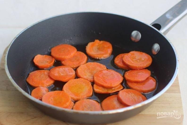 Морковь очистите и вымойте, нарежьте ее кружочками. В сковороде разогрейте растительное масло и выложите в него морковь. Обжаривайте ее, помешивая, десять минут на среднем огне.