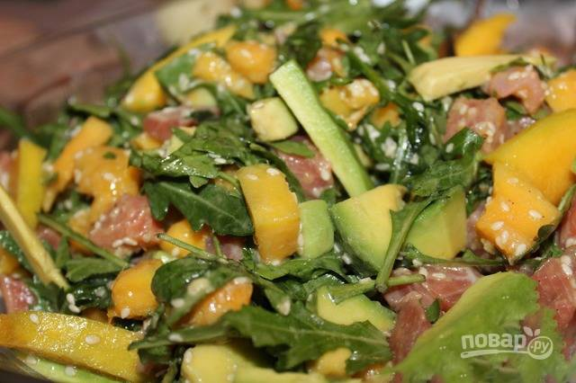Полейте получившейся заправкой салат, присыпьте кунжутными семечками. Посолите по желанию, добавьте любимые травы и специи. Все тщательно перемешайте и подавайте к столу.