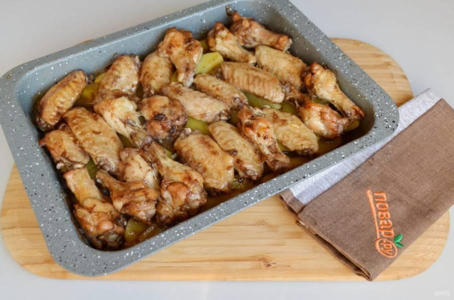 8. Запеченные куриные крылышки с картошкой готовы. Подавайте блюдо горячим!