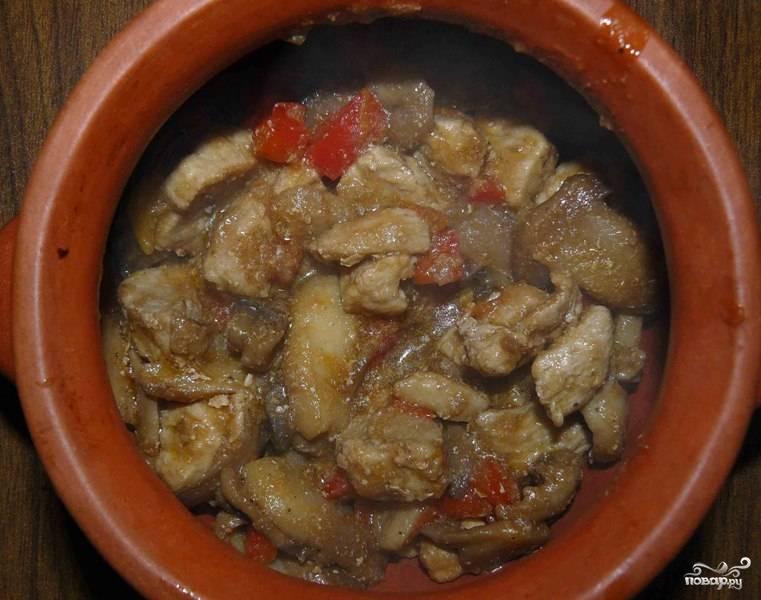 Перекладываем содержимое сковороды в горшочек так, чтобы он был наполнен на треть.