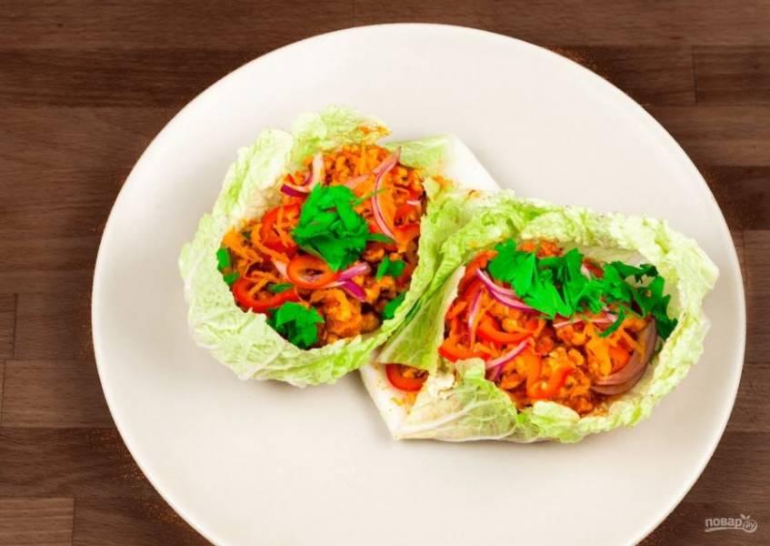 4.  По желанию можете добавить тертый сыр и зелень. Советую немного подрезать листья капусты, чтобы они выглядели более аккуратными. Приятного аппетита!
