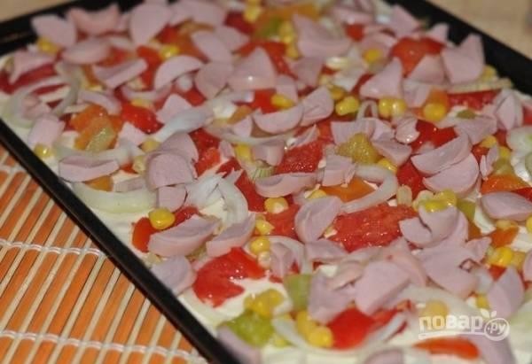 5. А дальше подготовьте жаропрочную форму или противень, выложите тесто и разровняйте. Сверху распределите начинку по вкусу.