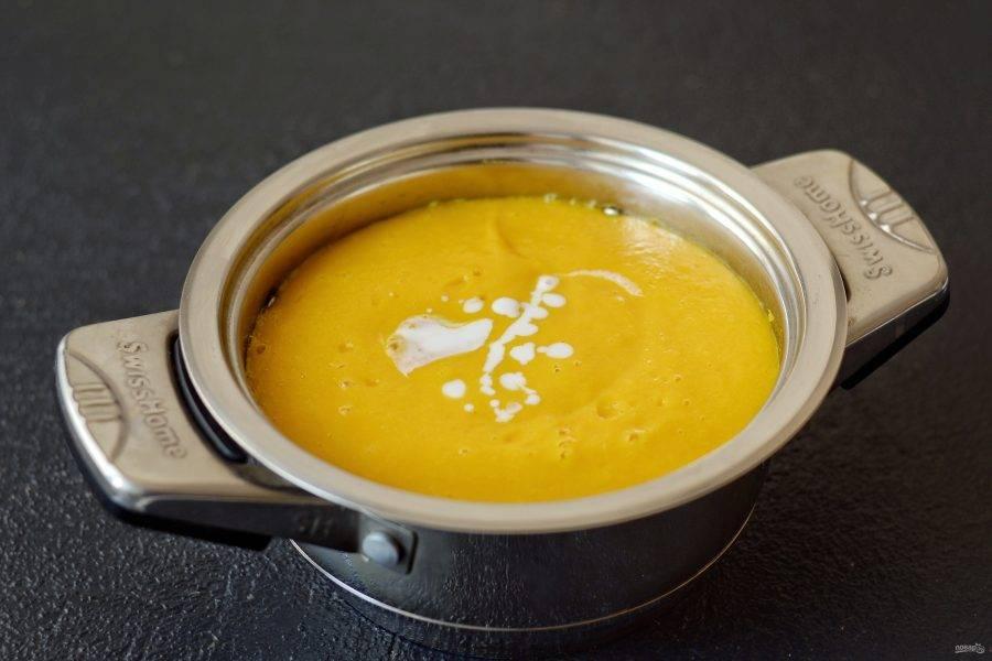 Влейте в суп кокосовое молоко, поварите ещё 5-7 минут и снимайте с плиты.