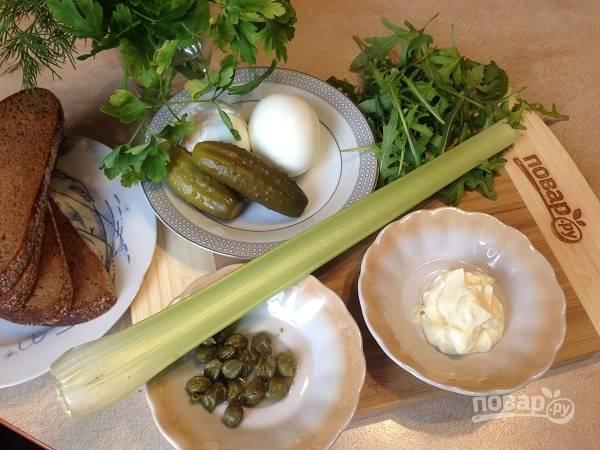 1. Рукколу вымоем и обсушим. Зелень для салата можно брать любую. Огурчики у меня маленькие, поэтому я буду использовать два.
