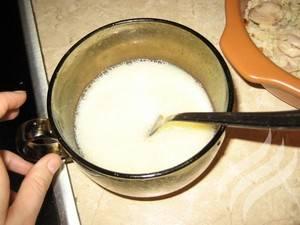 Смешайте яйцо с молоком. Полученной массой заливаем запеканку.