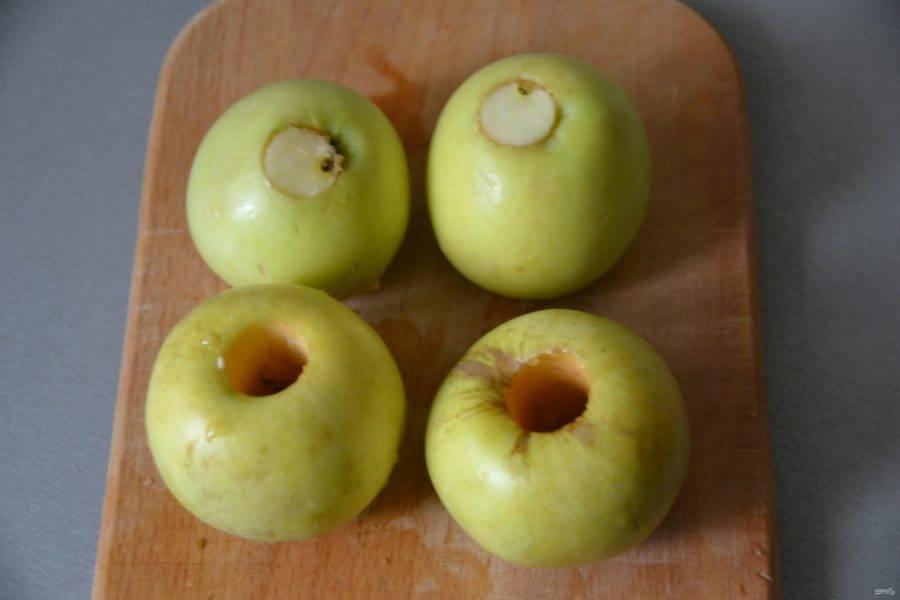 Вставьте вырезанные кусочки снизу в яблоко, подобно пробке.