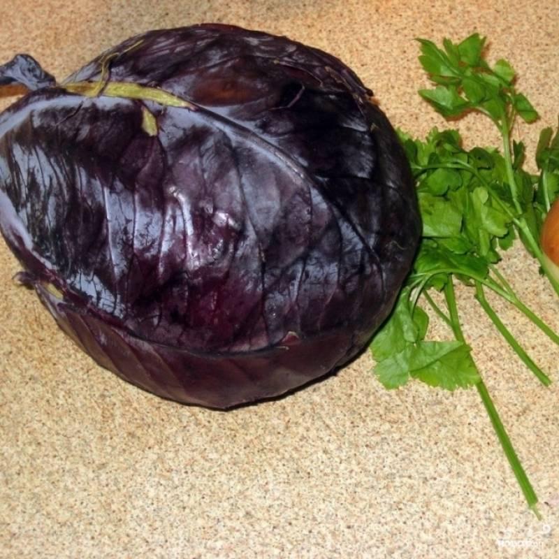 По сути, если не считать заправку, для салата нам необходимо только три ингредиента - непосредственно капуста, а также лук и петрушка.