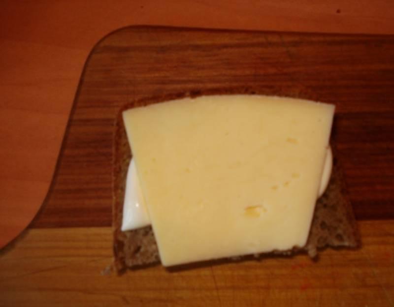 И накройте листиком сыра.