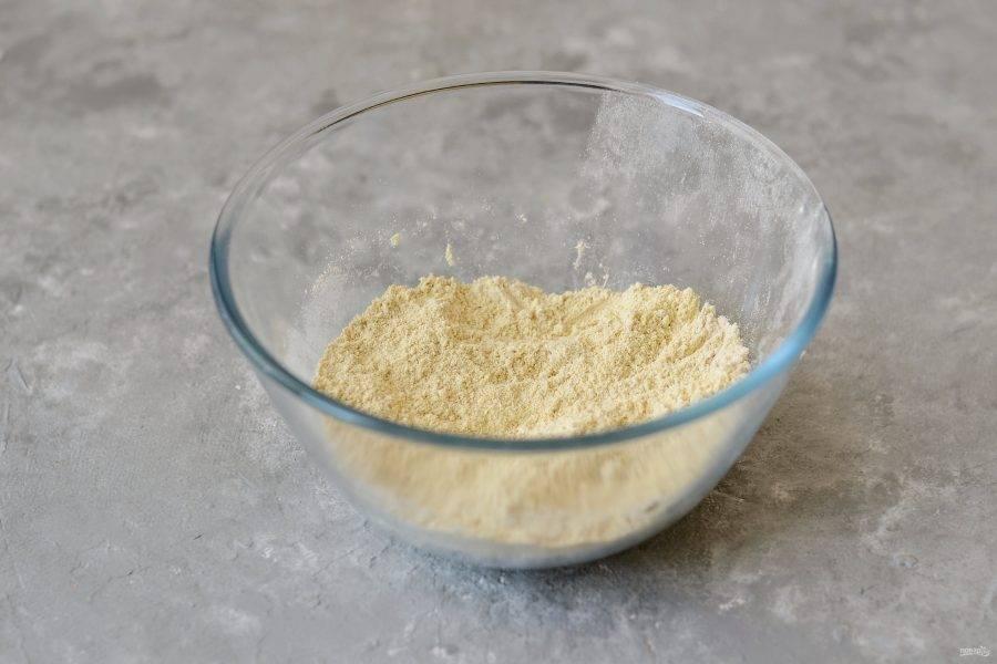 Смешайте в миске муку из нута, протеиновый порошок и щепотку соли.