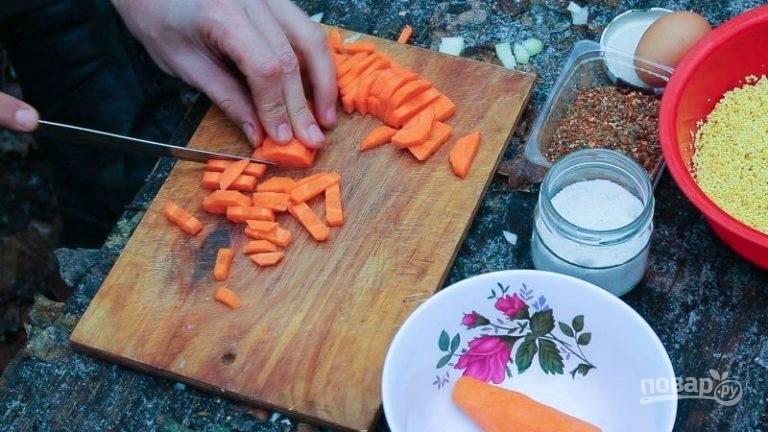 Тем временем нарежьте мелкой соломкой морковь, а птицу крупными кусками.