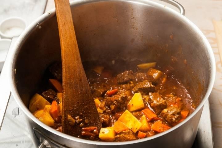 Кладем овощи в кастрюлю, перемешиваем.