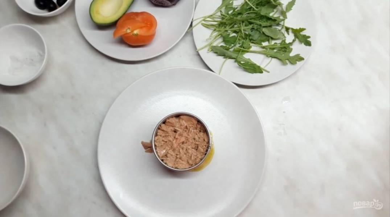 4. Далее — тунец в собственном соку. Аккуратно поднимите форму. Украсьте салат листьями рукколы, маслинами. Приятного аппетита!