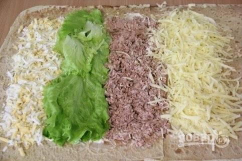 4. И в конце — тертый на терке сыр. Выложите его также, чуть отступив от края.