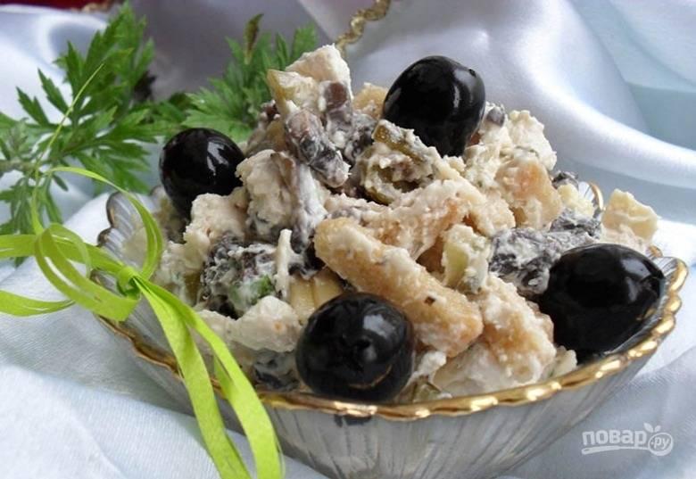 3.Выкладываю салат в тарелку, украшаю оливками и подаю к столу. Он вкусный, сытный, пикантный. Приятного аппетита!
