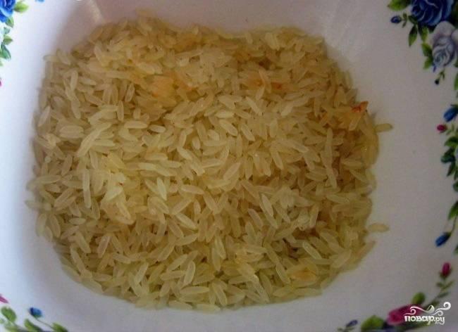 5. Рис промываем до появления прозрачной воды, после чего добавляем его в кастрюлю. После закипания добавляем по вкусу специи (хмели-сунели, базилик, черный и красный молотый перцы, лавровый лист). Варим до полной готовности, после чего выключаем, накрываем крышкой и настаиваем 15 минут.