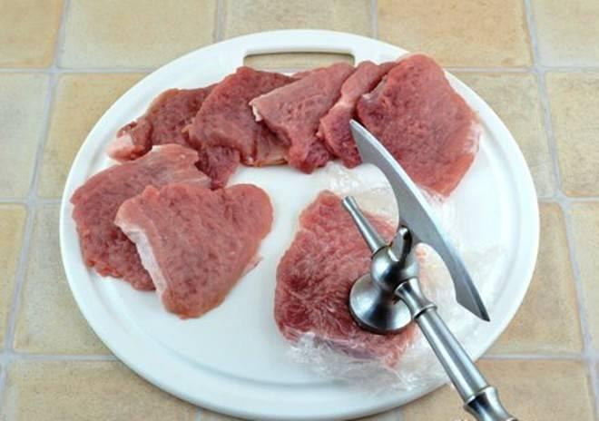 Мясо нарежьте кусочками и слегка отбейте через пищевую пленку. Посолите и поперчите.