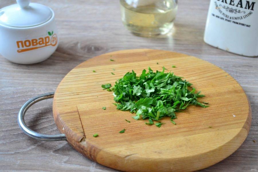 Мелко порубите петрушку. Можно использовать укроп или кинзу - по вашему вкусу.