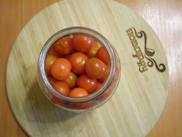 Укладываем помидоры.