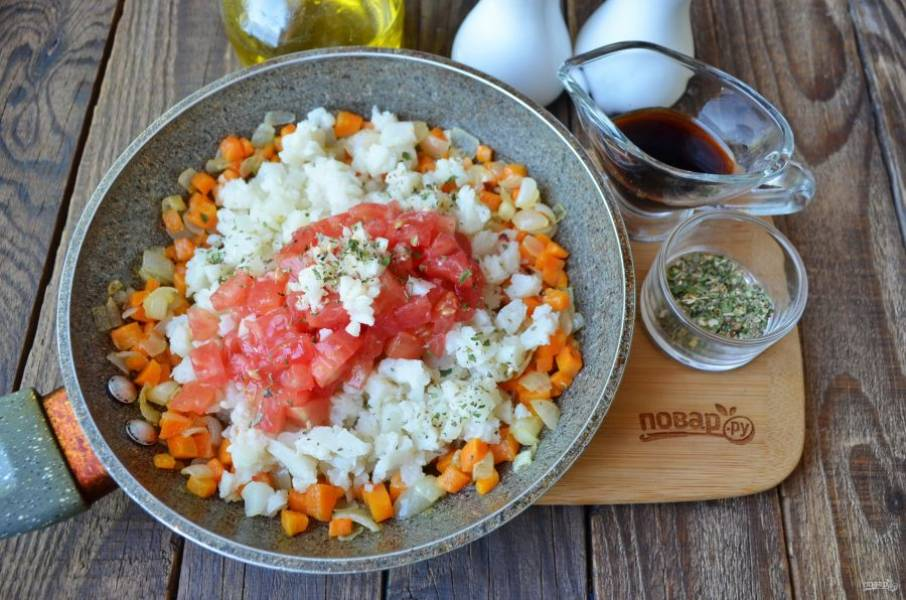 С помидоров снимите кожуру. Обдайте их кипятком, после сразу поместите в холодную воду — и кожура легко снимется. Порежьте их кубиками. Порубите мелко очищенный чеснок. К жареным овощам добавьте капусту, помидоры, чеснок, перец черный молотый, прованские травы, соевый соус. Протушите икру 10 минут.
