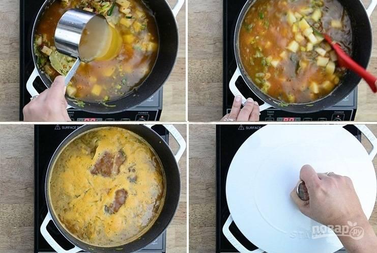 2. Влейте бульон в кастрюлю с овощами и доведите до кипения. Уменьшите огонь до минимума и варите суп до готовности картофеля. Затем превратите в пюре с помощью блендера.