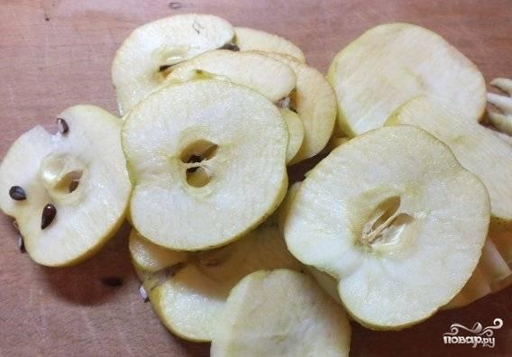 Яблоки хорошо промойте и нарежьте тонкими ломтиками.