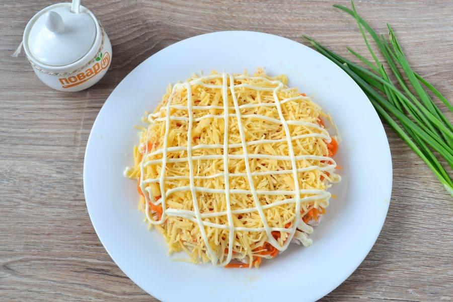 Твердый сыр натрите на терке и выложите следующим слоем. Также покройте майонезом.