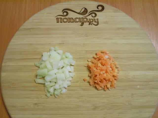Когда крупа будет почти готова, порежьте лук и морковь.