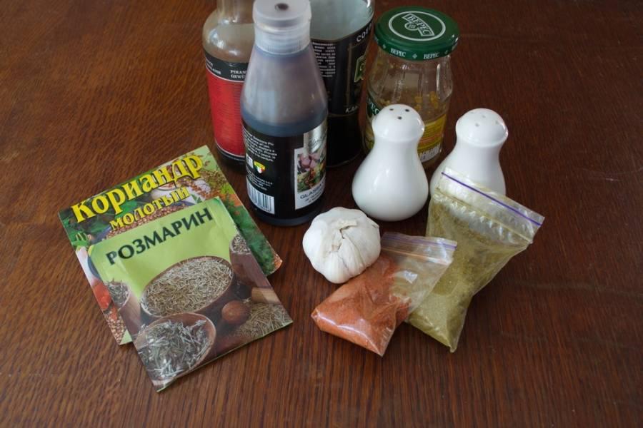 Для приготовления маринада к мясу возьмите: бальзамический крем, Устричный соус, оливковое масло, чеснок, розмарин, кориандр, хмели-сунели, специи к мясу, чеснок.