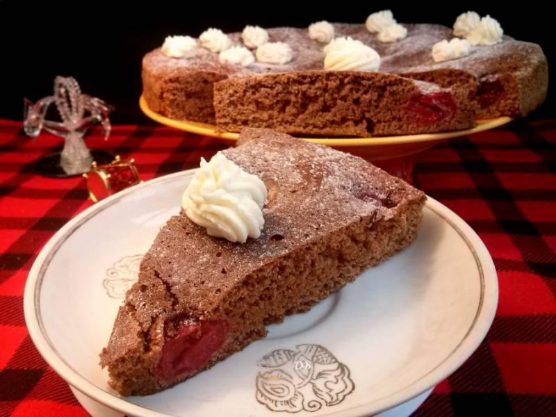 Выпекайте бисквит в разогретой до 180 градусов духовке 30-35 минут (до сухой шпажки). При желании можно посыпать сахарной пудрой и украсить взбитыми сливками. Приятного аппетита!