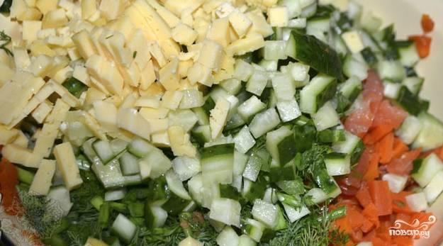 Нарезаем сыр и огурцы (кубиками или брусочками). Все складываем в общую посуду.