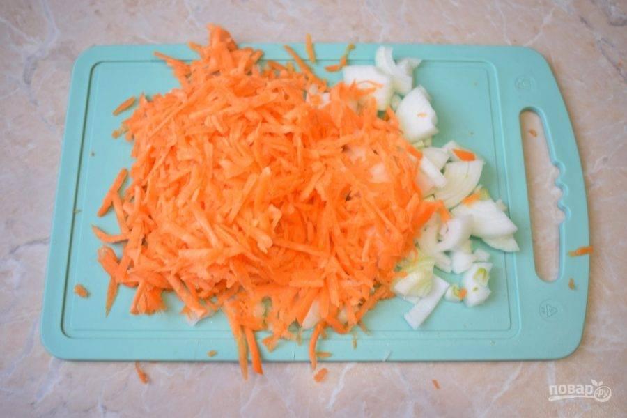 Очищенные овощи измельчите. Лук нарежьте, а морковь натрите на терке.