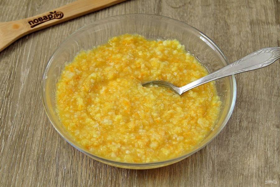 Измельчите до однородной массы при помощи блендера или мясорубки. Добавьте 100 гр сахара и перемешайте.
