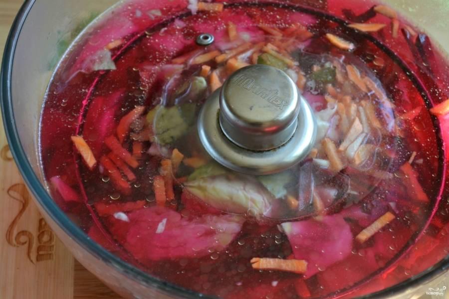 Сверху положите крышку или тарелку и чем-то придавите, чтобы капуста была полностью покрыта маринадом. Оставьте при комнатной температуре примерно на сутки.
