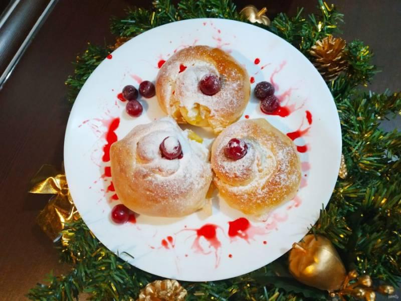 Уложите булочки на противень и дайте им постоять еще 20 минут. Затем отправьте в разогретую духовку и выпекайте 25-30 минут. Булочки готовы.