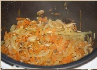 Делаем томатный соусу. Для этого в удобной посуде смешиваем кетчуп, томатную пасту, аджику, соль, перец, муку, приправы, и сок половины лимона. Хорошенько перемешиваем. если соус получится густым, можно добавить немного воды. Открываем мультиварку.
