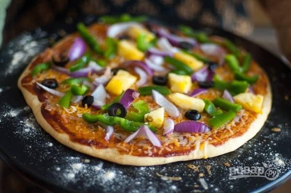 13. Собранную пиццу присыпьте щедро сыром и отправьте в разогретую духовку минут на 20 (зависит от состояния начинки, насколько ей нужно приготовиться).