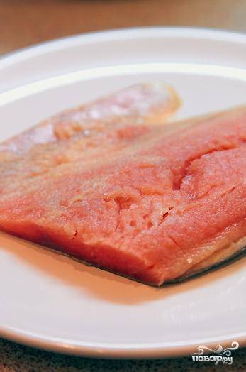 Рыбу хорошенько вымыть, посолить и поперчить по вкусу.