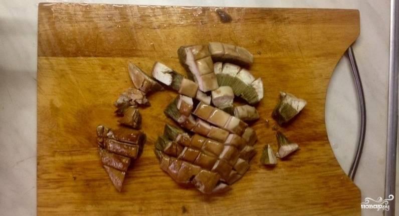 1. Грибы разморозим. Очистим картофель, морковку и лук. Овощи измельчим, грибы порежем небольшими кусочками.